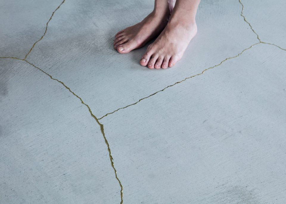 gold-floor-cracked-resin-960x686